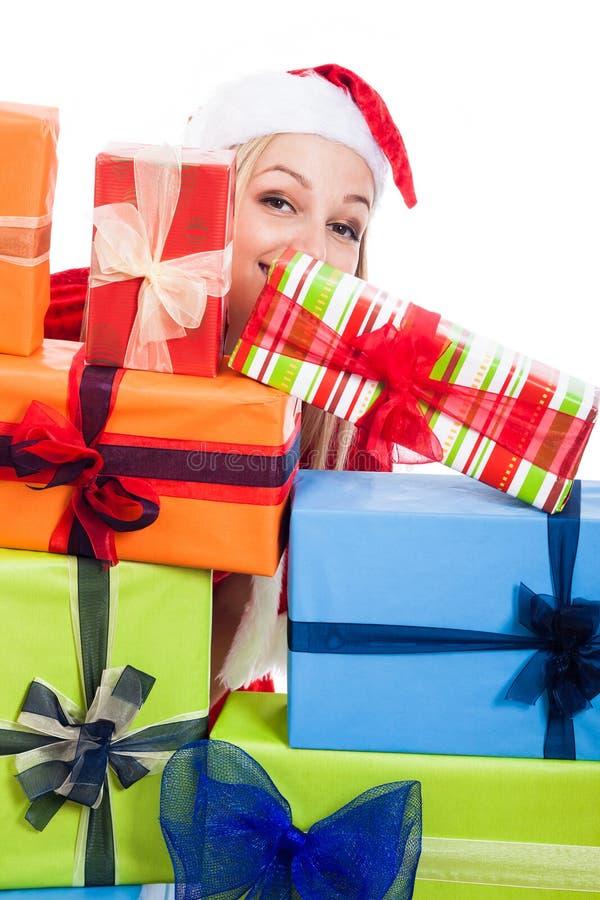 Weihnachtsfrau hinter Geschenken stockbild