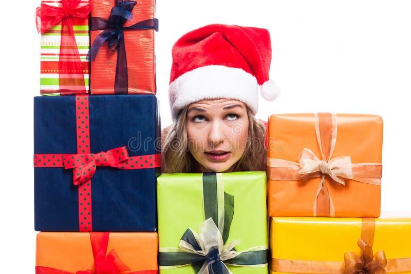 Weihnachtsfrau mit den Geschenken, die oben schauen lizenzfreie stockfotos