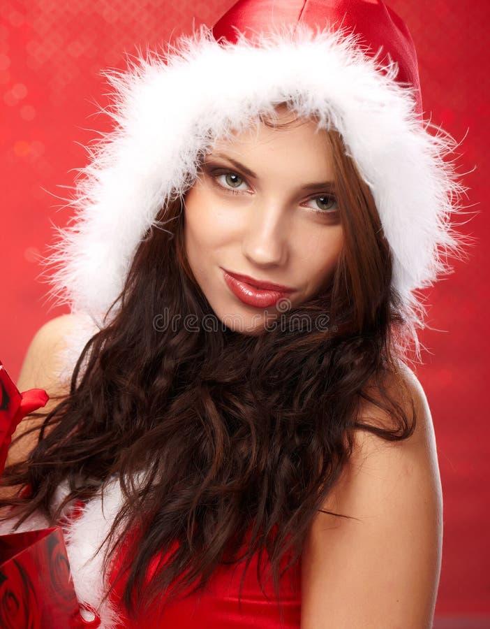 Weihnachtsfrau mit einem Geschenk in ihren Händen stockfotos