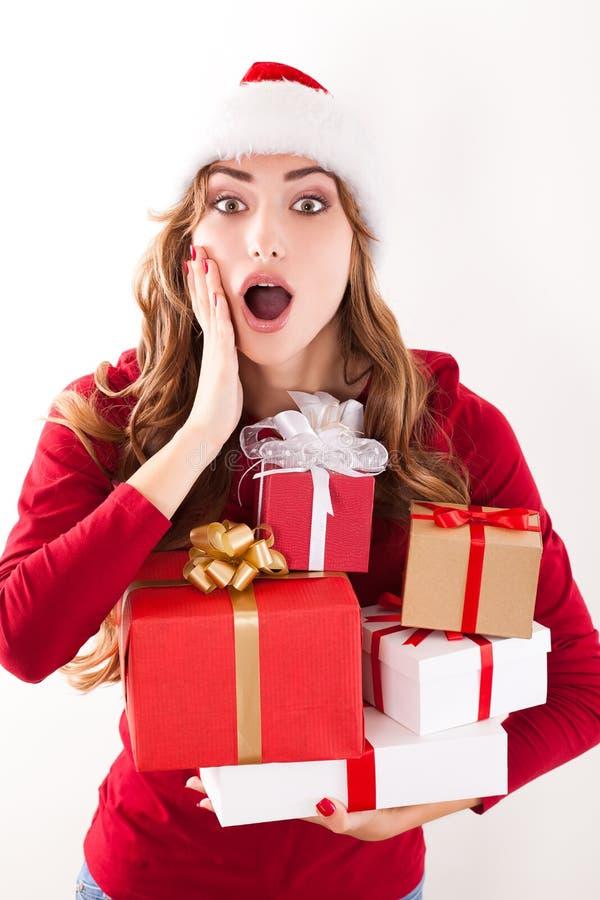 Weihnachtsfrau mit Geschenk lizenzfreie stockbilder