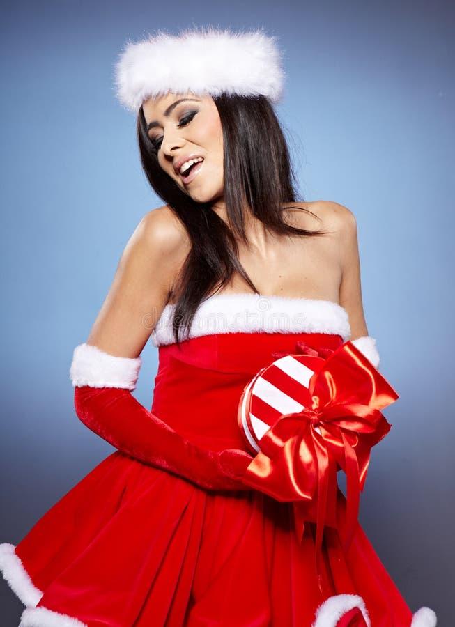 Weihnachtsfrau mit Geschenk, lizenzfreie stockfotos