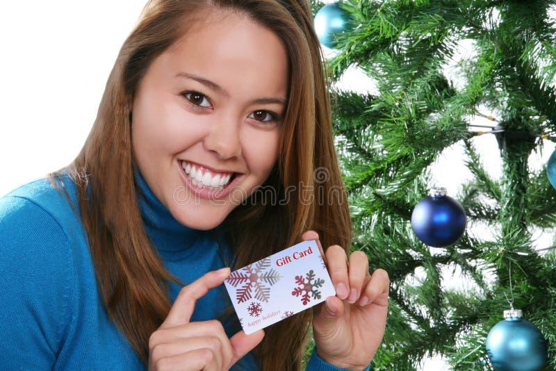 Weihnachtsfrau mit Geschenk-Karte lizenzfreie stockbilder