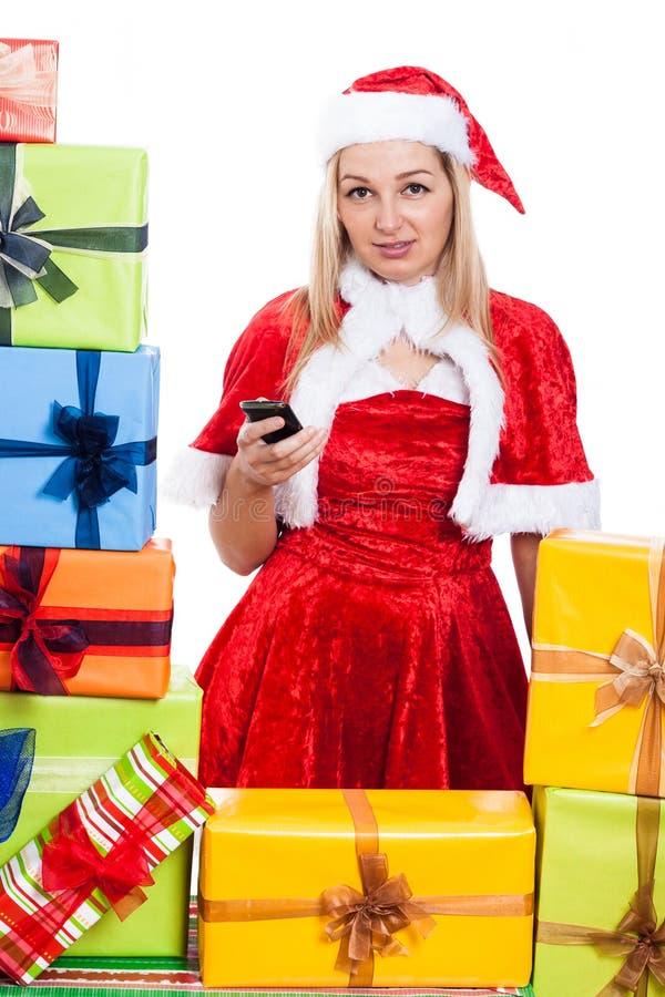 Weihnachtsfrau mit Handy stockfoto