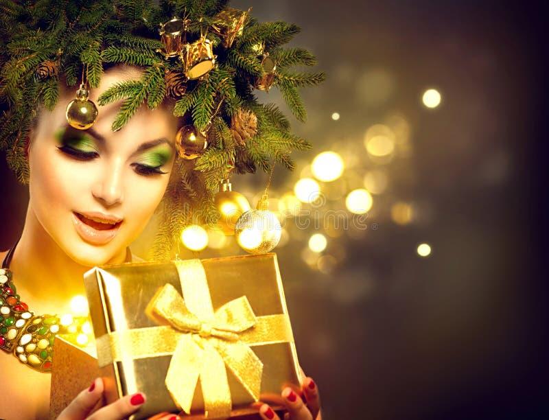 Weihnachtsfrauenöffnung magische Weihnachtsgeschenkbox stockfotografie
