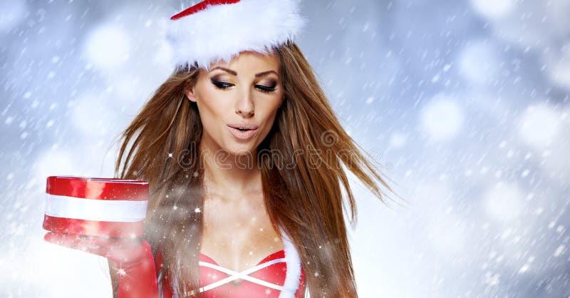 Weihnachtsfrauenporträtgriff-Weihnachtsgeschenk. stockbilder