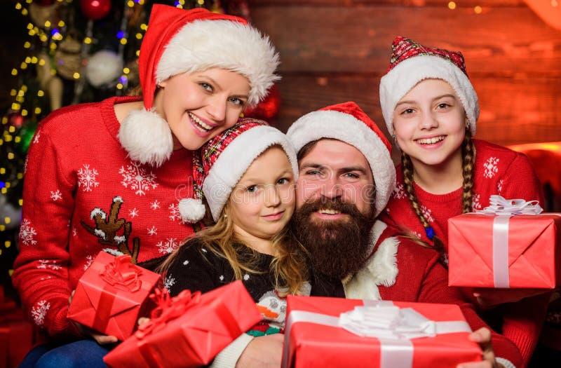 Weihnachtsfreude Glückliche Ferien Eltern und Kinder, die Weihnachtsgeschenke eröffnen Freundliches Familienkonzept Pater Santa C lizenzfreies stockfoto