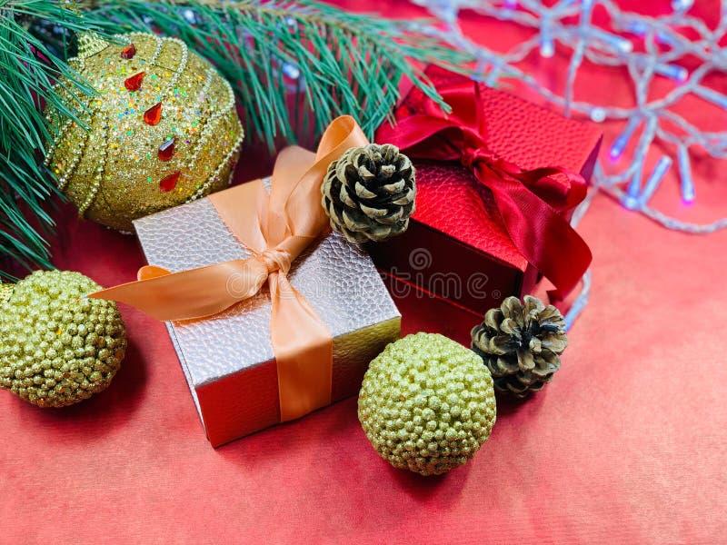 Weihnachtsgebirge Dekorationen für den Weihnachtsbaum, ein Geschenk für das neue Jahr Postcard für Glückwünsche Roter Hintergrund stockfotos