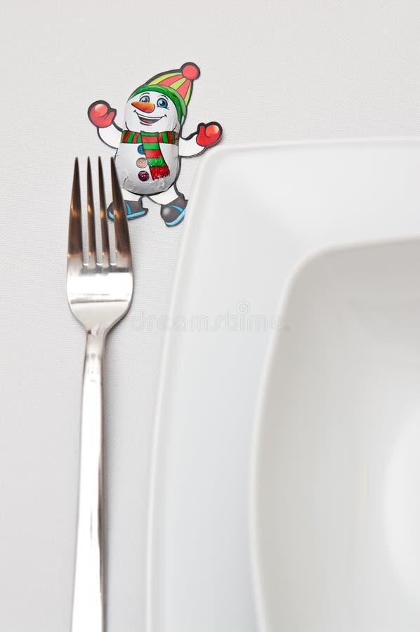 Weihnachtsgedeck mit weißen Platten und roten Dekorationen lizenzfreies stockfoto