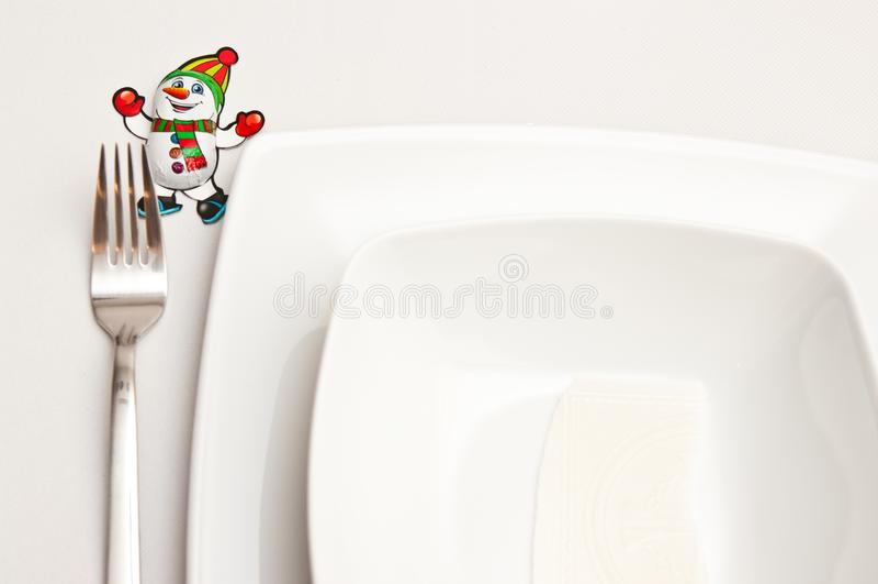 Weihnachtsgedeck mit weißen Platten und roten Dekorationen lizenzfreie stockbilder