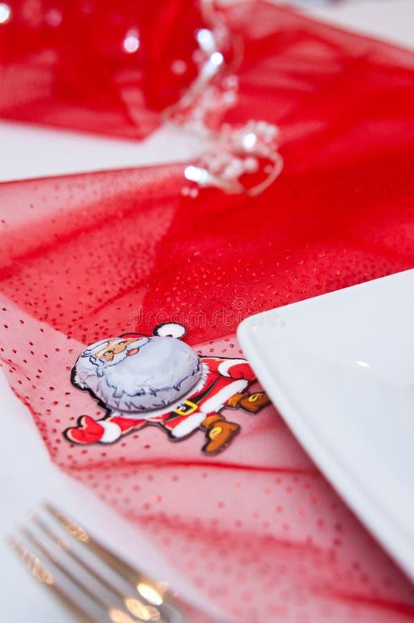 Weihnachtsgedeck mit weißen Platten und roten Dekorationen stockbilder
