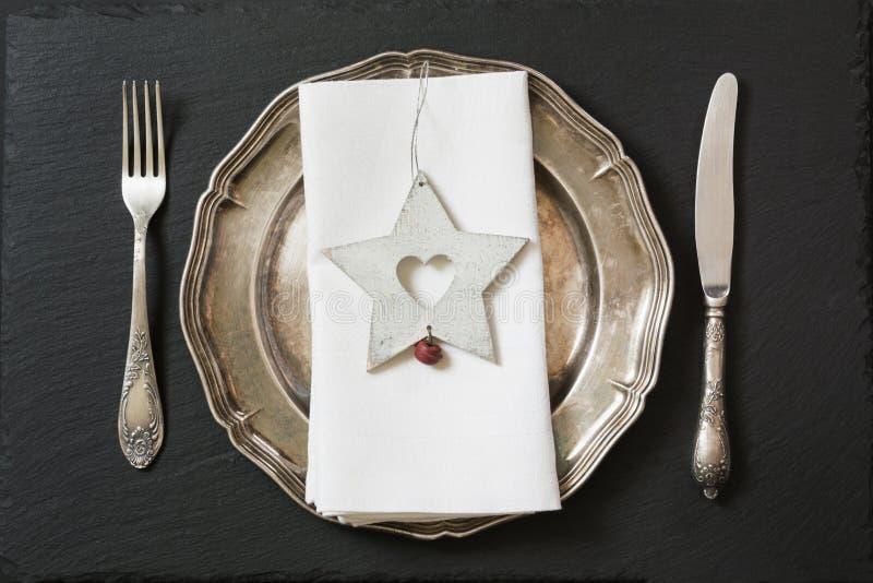 Weihnachtsgedeck mit Weinlesedishware-, -Tafelsilber- und -sterndekorationen Beschneidungspfad eingeschlossen lizenzfreies stockfoto