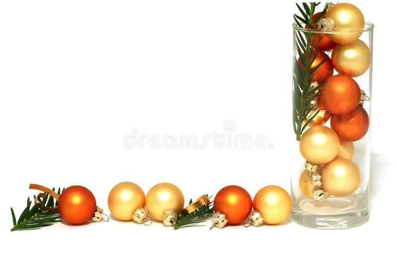 Weihnachtsgelbe Kugeln getrennt auf Weiß stockfoto