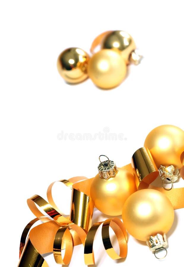 Weihnachtsgelbe Kugeln und -farbband getrennt auf Whit lizenzfreies stockfoto