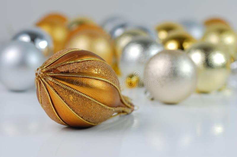 Weihnachtsgelbe und silberne Kugeln stockfotografie