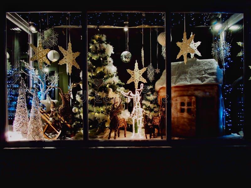 Weihnachtsgeschäfts-Fenster mit Geburt Christi stockbild