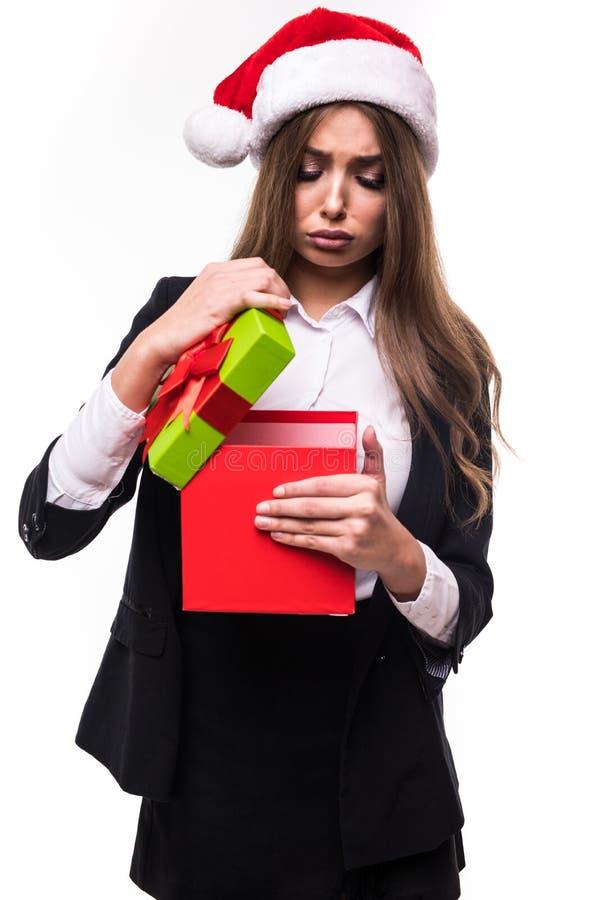 Weihnachtsgeschäftsfrau-offene Geschenkbox mit traurigem Gefühl Schönes Brunette-Mädchen in Santa Hat lokalisierte stockfotos