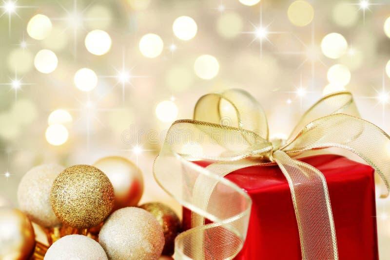 Weihnachtsgeschenk auf defocused Leuchtehintergrund lizenzfreie stockfotografie