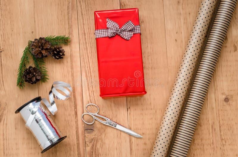 Weihnachtsgeschenk, das Zusammensetzung einwickelt stockfotografie