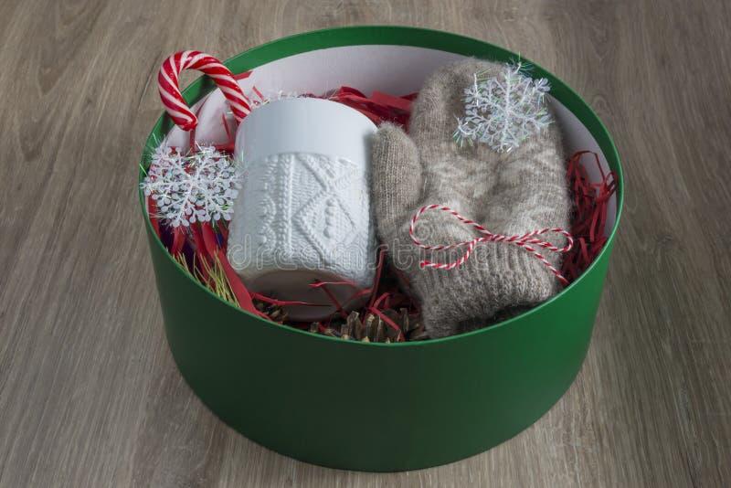 Weihnachtsgeschenk in einem runden grünen Kasten Das Konzept von Geschenken stockfotografie