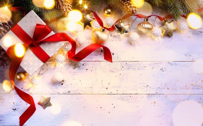 Weihnachtsgeschenk; Feiertagszusammensetzung auf hölzernem Hintergrund; Chri stockbilder