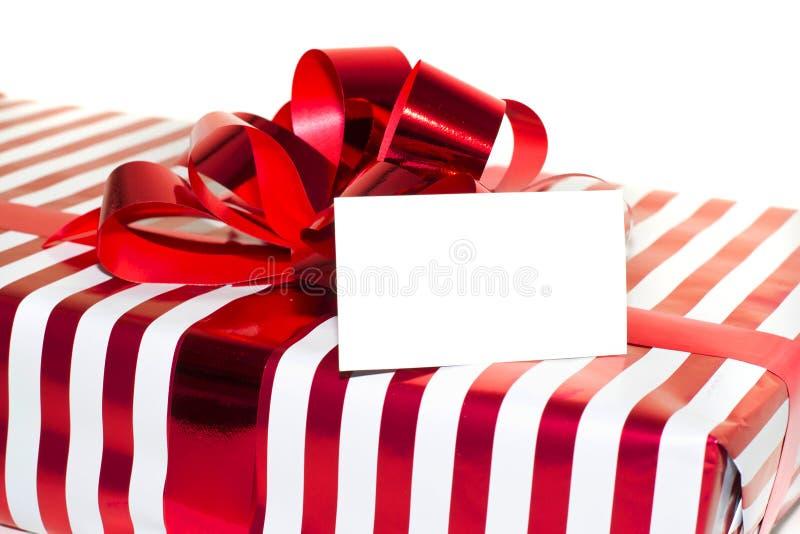 Weihnachtsgeschenk mit Band und Tag. Lokalisiert auf weißem backgro stockbilder