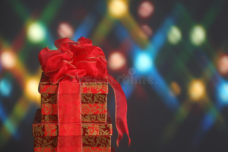 Weihnachtsgeschenk mit einem roten Bogen stockfoto