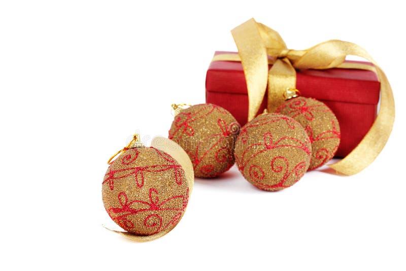 Weihnachtsgeschenk mit Kugel lizenzfreie stockfotografie