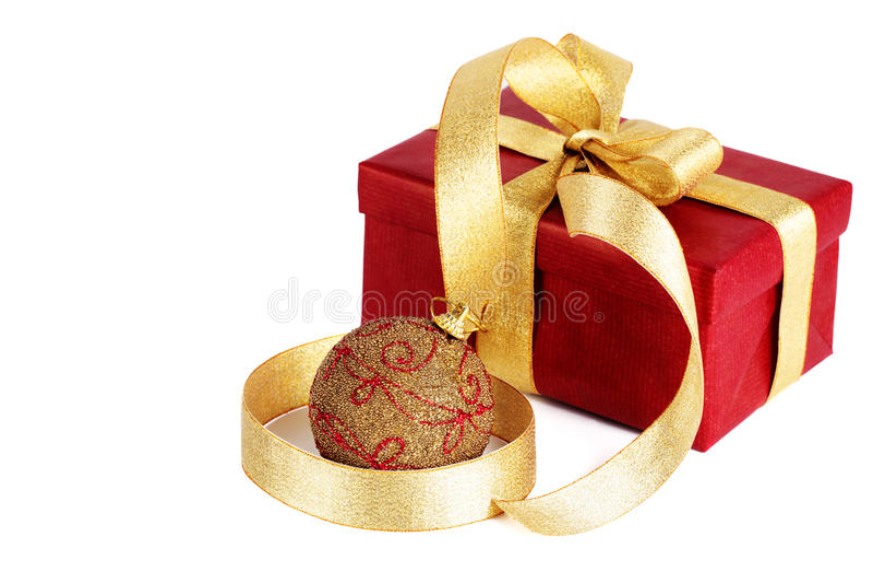 Weihnachtsgeschenk mit Kugel stockbild