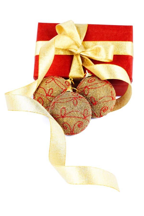 Weihnachtsgeschenk mit Kugel stockfotos