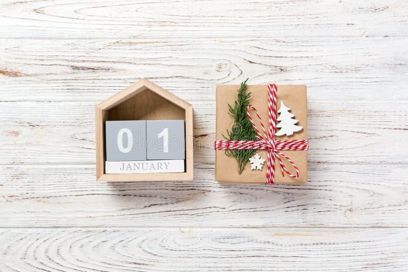 Weihnachtsgeschenk, Tannenzweige auf hölzernem weißem Hintergrund Kopieren Sie Raum, Draufsicht lizenzfreies stockbild