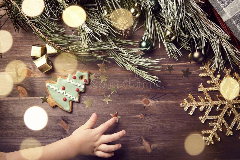 Weihnachtsgeschenk und -bälle auf einem Holztisch Aufflackern und Schneeflocke lizenzfreies stockfoto