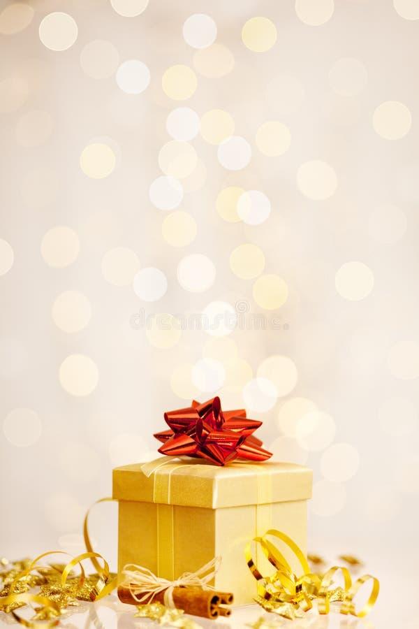 Weihnachtsgeschenk Vor Gefunkeltem Hintergrund Lizenzfreies Stockfoto