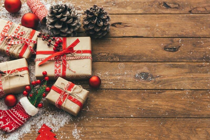 Weihnachtsgeschenkbox auf Holztisch holyday stockfotos