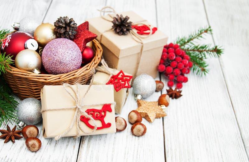 WeihnachtsGeschenkbox und -dekorationen lizenzfreie stockfotografie
