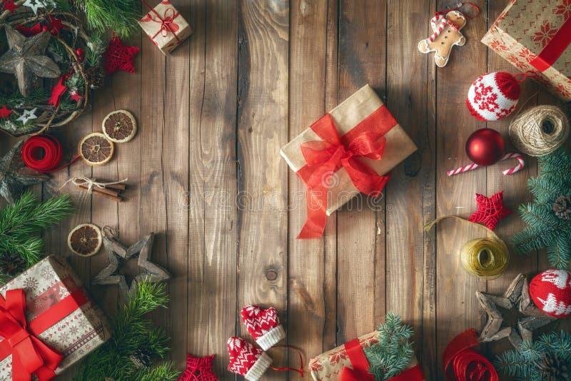 Weihnachtsgeschenkboxen auf hölzernem Schreibtisch lizenzfreie stockfotografie