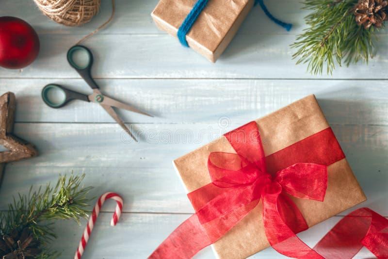 Weihnachtsgeschenkboxen auf hölzernem Schreibtisch lizenzfreie stockbilder