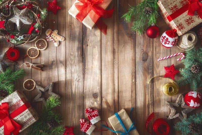 Weihnachtsgeschenkboxen auf hölzernem Schreibtisch lizenzfreies stockbild