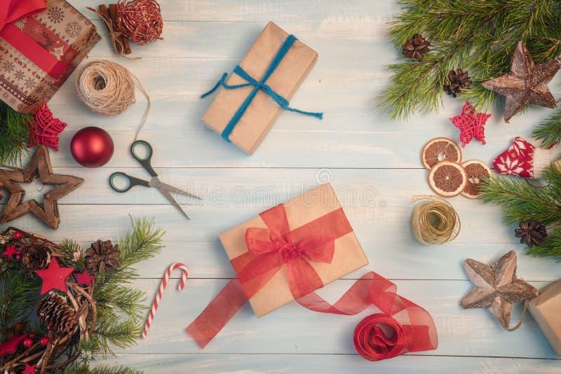 Weihnachtsgeschenkboxen auf hölzernem Schreibtisch stockfoto