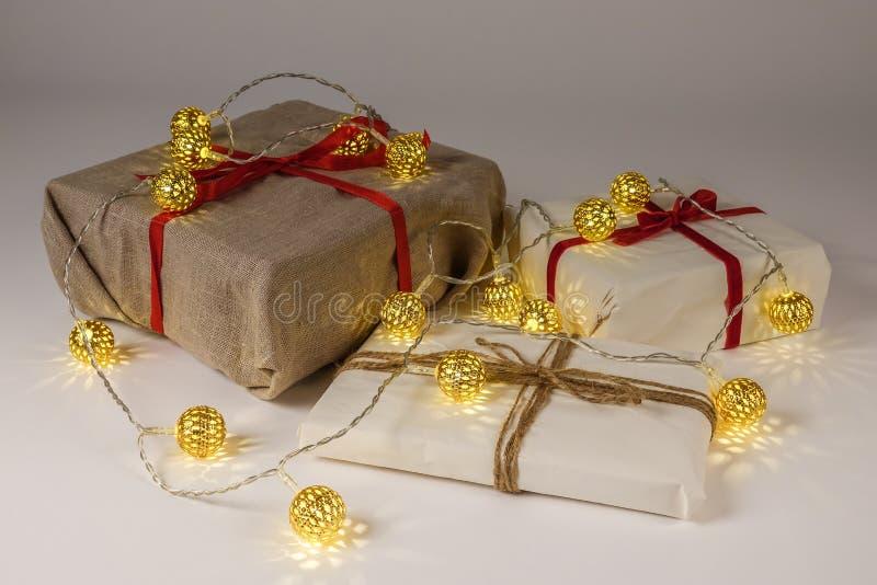 Weihnachtsgeschenkboxen auf weißem Hintergrund stockfotos