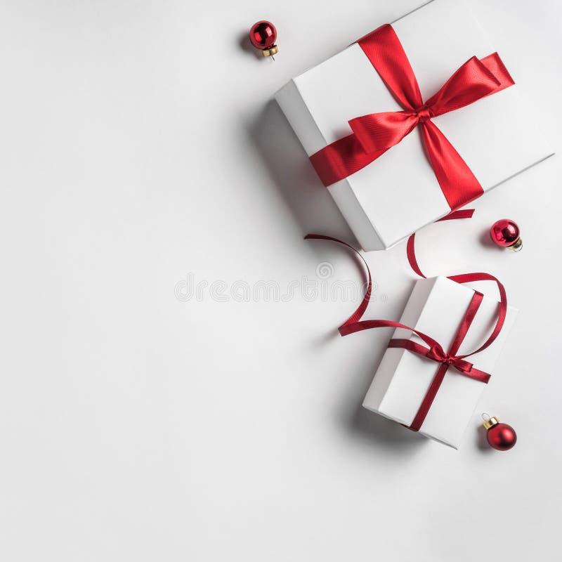 Weihnachtsgeschenkboxen mit rotem Band und Dekoration auf weißem Hintergrund Weihnachts- und guten Rutsch ins Neue Jahr-Thema stockbild