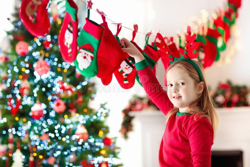 Weihnachtsgeschenke für Kinder Verschiedene Karikaturweihnachtsikonen und -elemente stockbilder