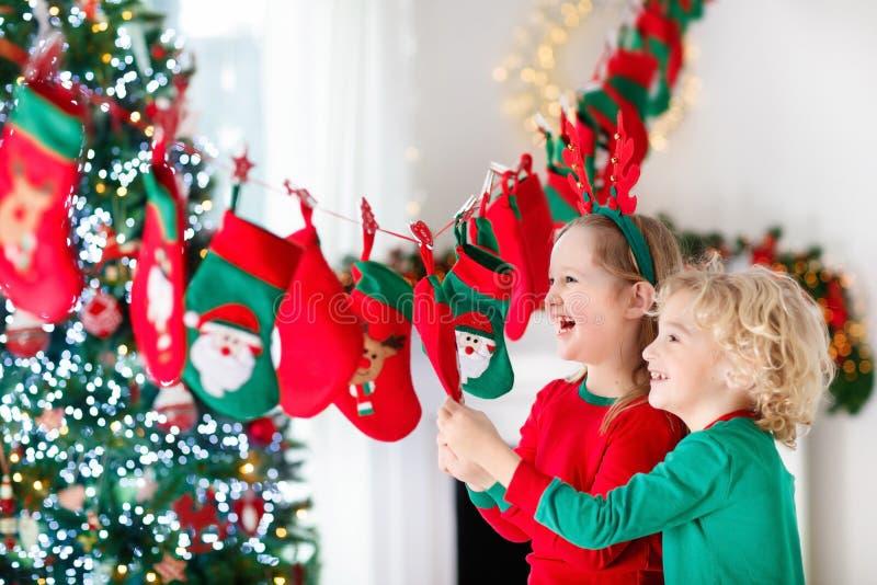 Weihnachtsgeschenke für Kinder Verschiedene Karikaturweihnachtsikonen und -elemente stockfotografie