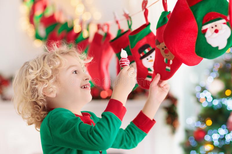 Weihnachtsgeschenke für Kinder Verschiedene Karikaturweihnachtsikonen und -elemente lizenzfreies stockfoto