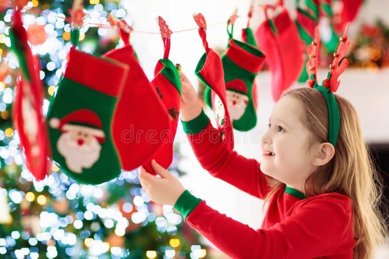 Weihnachtsgeschenke für Kinder Verschiedene Karikaturweihnachtsikonen und -elemente lizenzfreie stockbilder