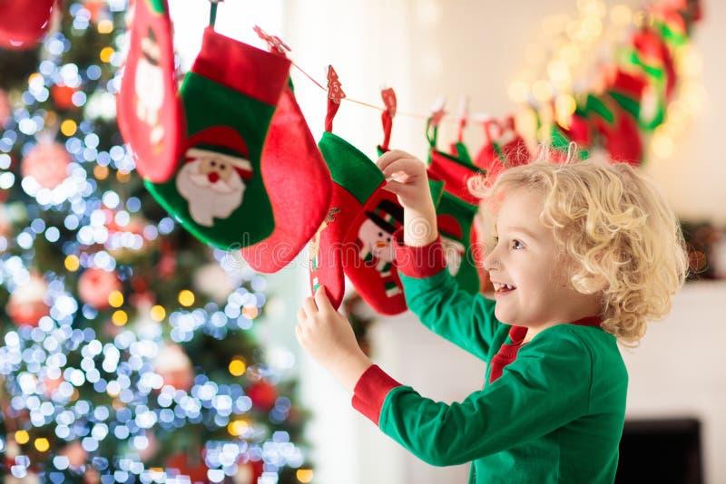 Weihnachtsgeschenke für Kinder Verschiedene Karikaturweihnachtsikonen und -elemente stockfoto