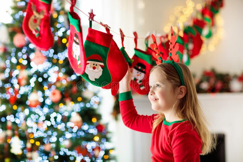Weihnachtsgeschenke für Kinder Verschiedene Karikaturweihnachtsikonen und -elemente stockfotos