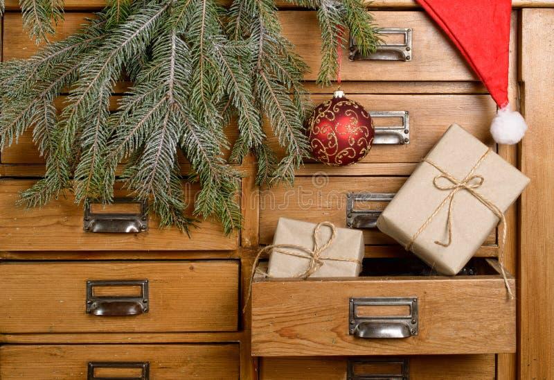 Weihnachtsgeschenke im Fach lizenzfreies stockfoto
