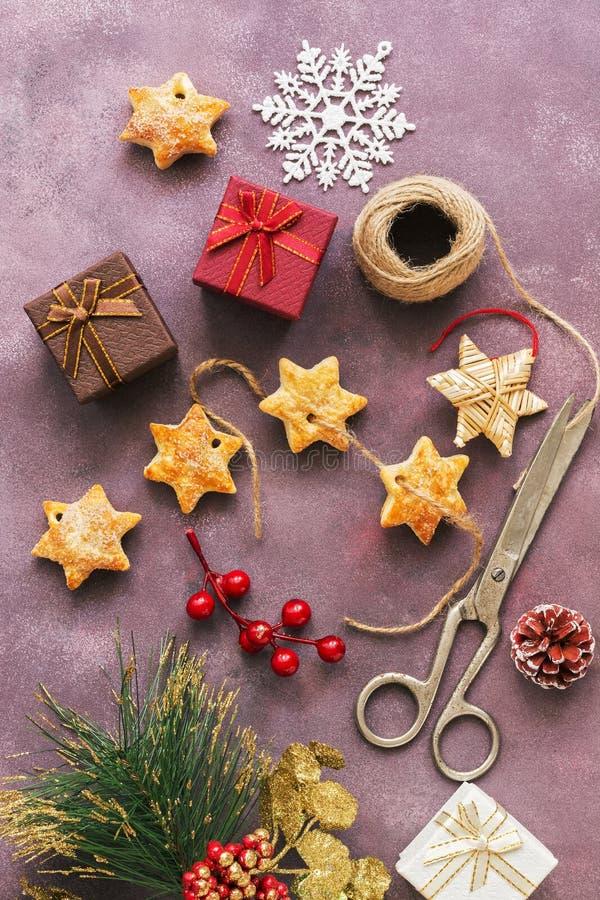 Weihnachtsgeschenke, Kekse, Schneeflocke auf einem schönen purpurroten Hintergrund Draufsicht, flache Lage stockfoto