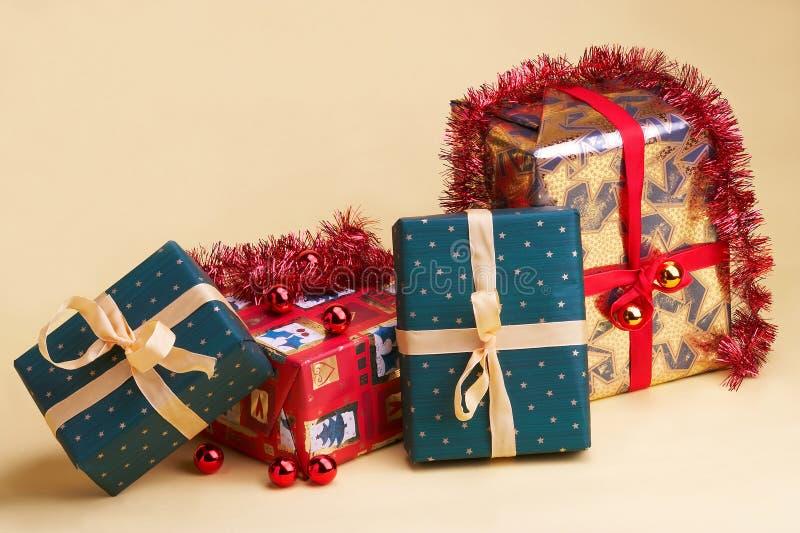 Weihnachtsgeschenke - Kerstmis stelt voor stock foto