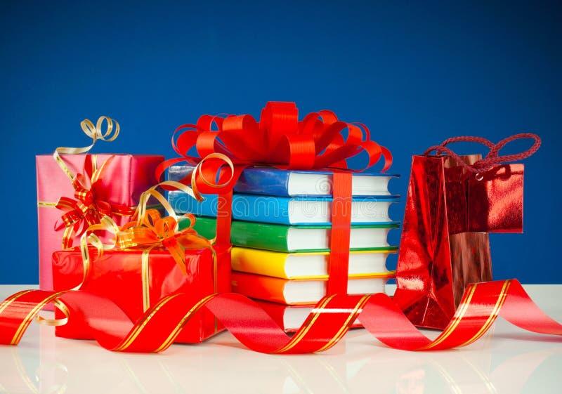 Weihnachtsgeschenke mit Stapel Büchern lizenzfreie stockfotos
